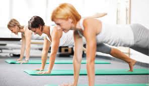 Amigas, praticantes de Pilates, em exercitação