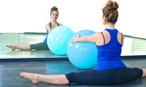 Em detalhes, praticante de Pilates exercitando