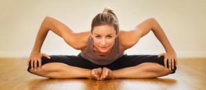 Praticante de Pilates se alongando para começar seus exercícios