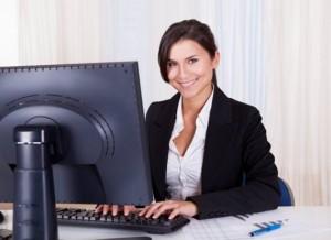 Mulher sentada ao computador
