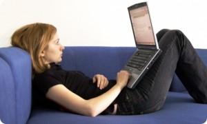 Pessoa com má postura mexendo no notebook.