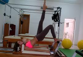 Mulher praticando Pilates.
