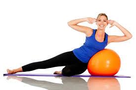 Professora mostra exercício para pilates
