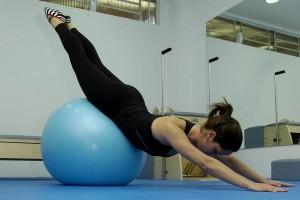 Exercícios com bola podem ajudar a melhorar a postura.